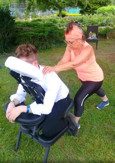 le massage Amma assis allie à la fois profonde détente corporelle et dynamisation, ressourcement physique et mental.